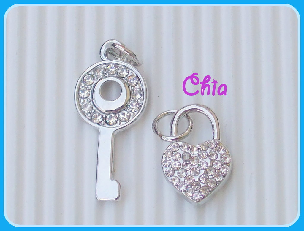 1 charm chiave + lucchetto in metallo argentato+strasss