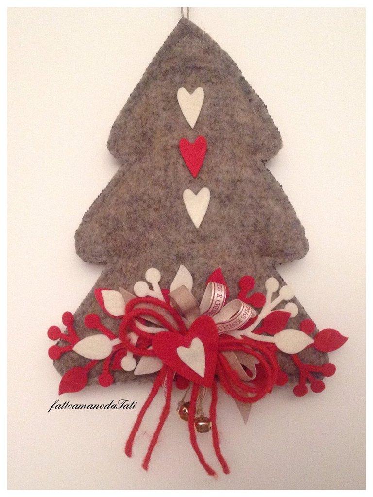 Albero in lana cotta con decori rossi e bianchi