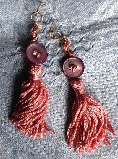 Orecchini fatti a mano con bronzo e bottone in madreperla.