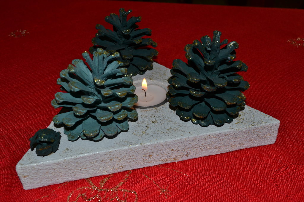 Centro tavola natalizio con le pigne