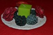 Centro tavola natalizio con pigne e rose