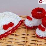 Scarpette boot + cappellino per bimbi in bianco  e rosso con fiocchetto