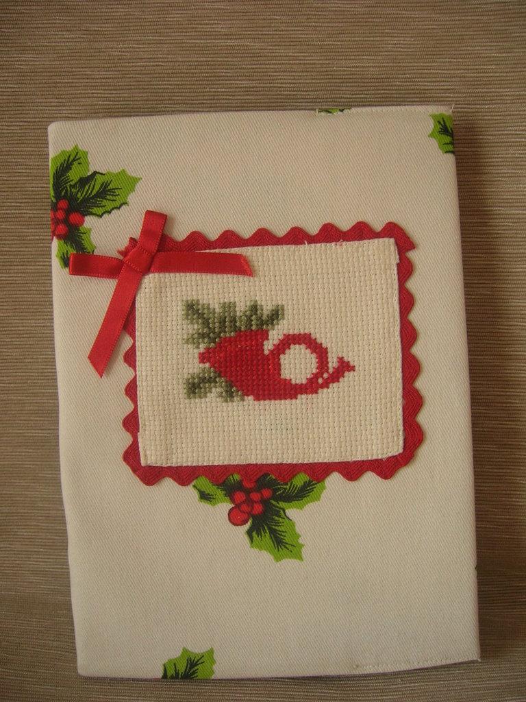 Rubrica rivestita in stoffa natalizia con ricami a punto croce