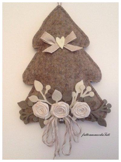 Albero decorato in lana cotta con tre rose avorio