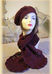 Completo cappello e sciarpa bordeaux realizzato all'uncinetto