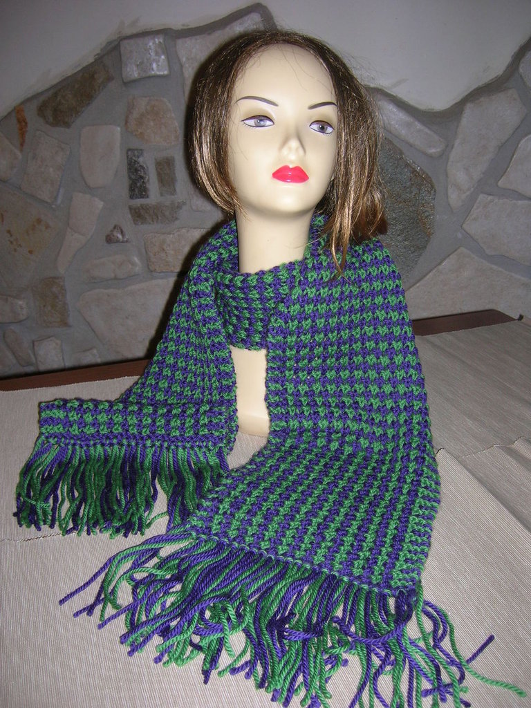 Sciarpa da donna con lavorazione bicolore verde e viola realizzata ai ferri