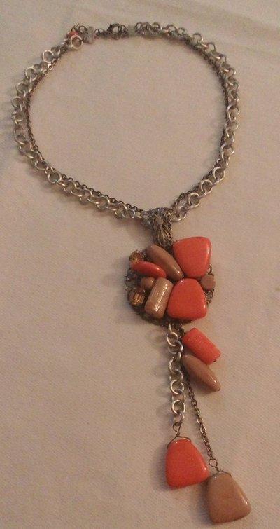 collana girocollo con catena a doppio giro e ciondolo grande con pendenti