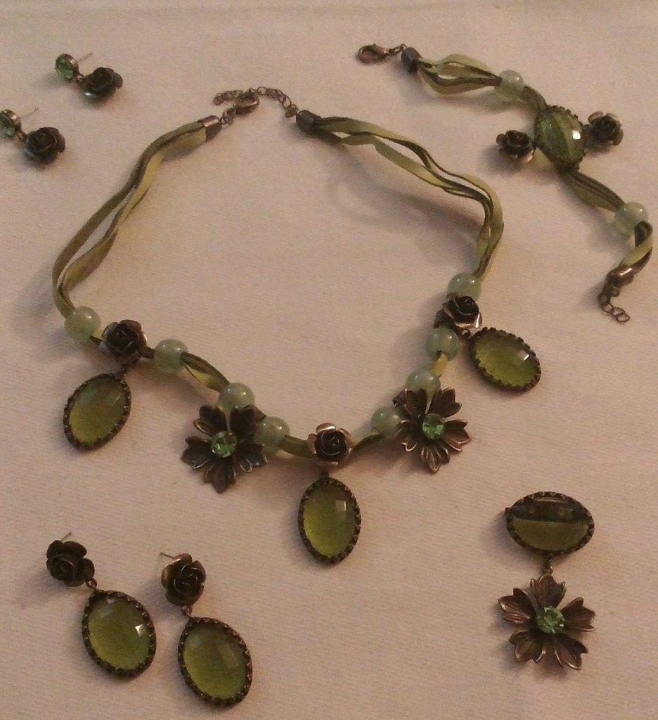 parure collana,orecchini, bracciale, e spilla colore verde