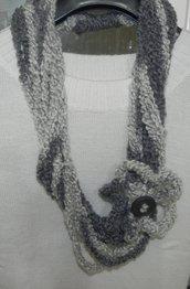 Sciarpa-collana anello con fiore Infinity Scarf toni del grigio in bouclè
