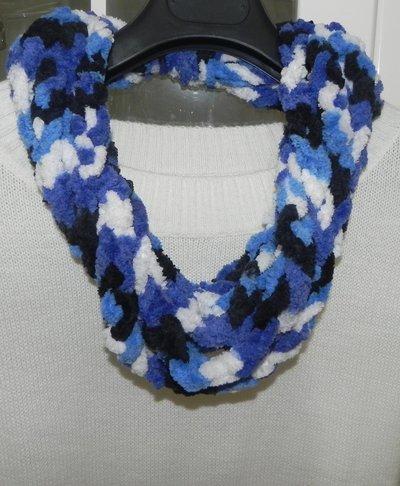 Sciarpa collana fatta a mano ad uncinetto in ciniglia nei toni del blu