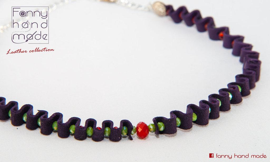 Girocollo in pelle e perline di vetro verdi e rosse semplice e sofisticato.