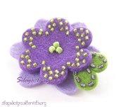 Spilla artigianale con fiore in feltro e perline ricamate a mano - mod. Viola, serie Accessori.