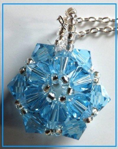 Collana con ciondolo fiocco di neve realizzata con cristalli azzurri e perline idea regalo Natale per lei