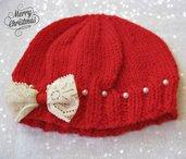 Cappellino rosso con perline bianche