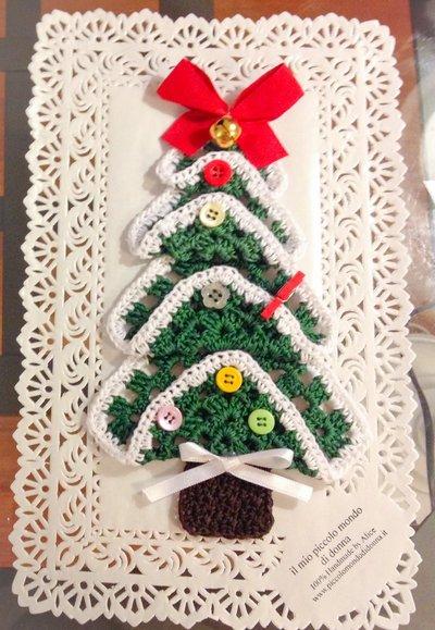 Albero di Natale decorato all'uncinetto