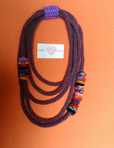 Collana in lana  nelle tonalità del  vinaccia con inserti  multicolor