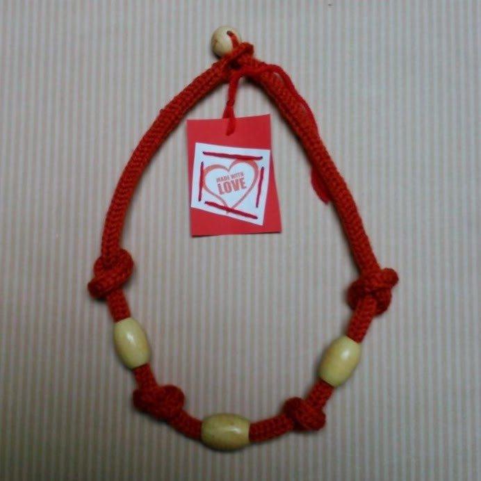 Girocollo di lana e perle di legno
