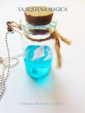 Collana con barca nel mare in bottiglietta di vetro