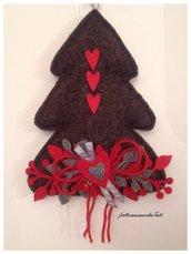 Albero in lana cotta scura con cuori rossi