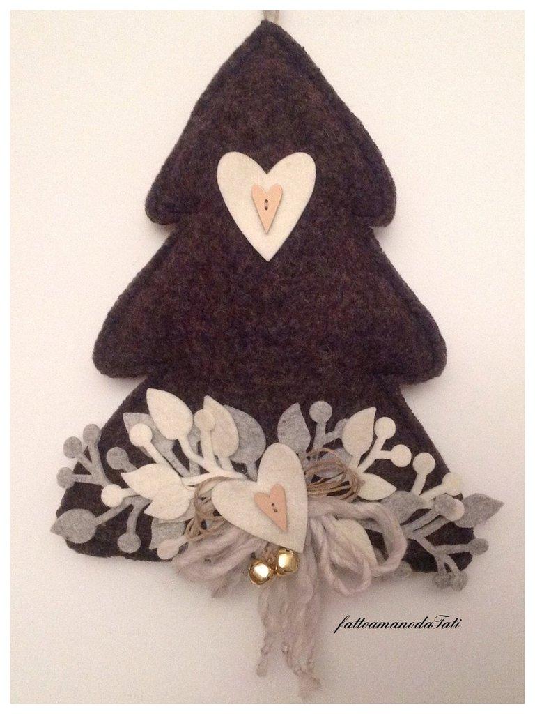 Albero in lana cotta scura con cuori bianchi