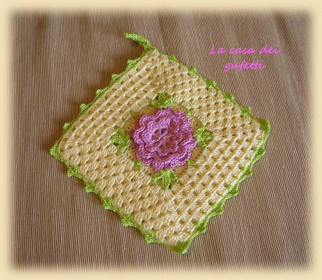 Presina in filo giallo con fiore rosa lavorata all'uncinetto