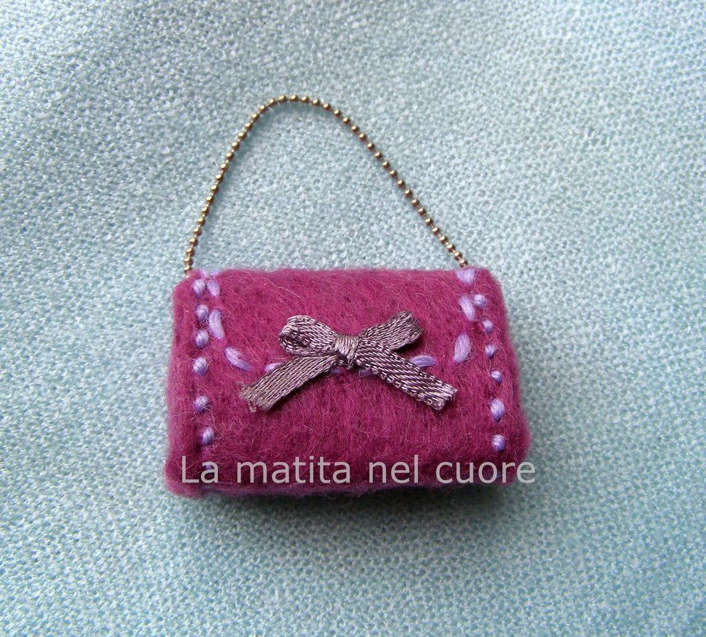 Calamita borsetta violetta feltro con fiocco e tracolla