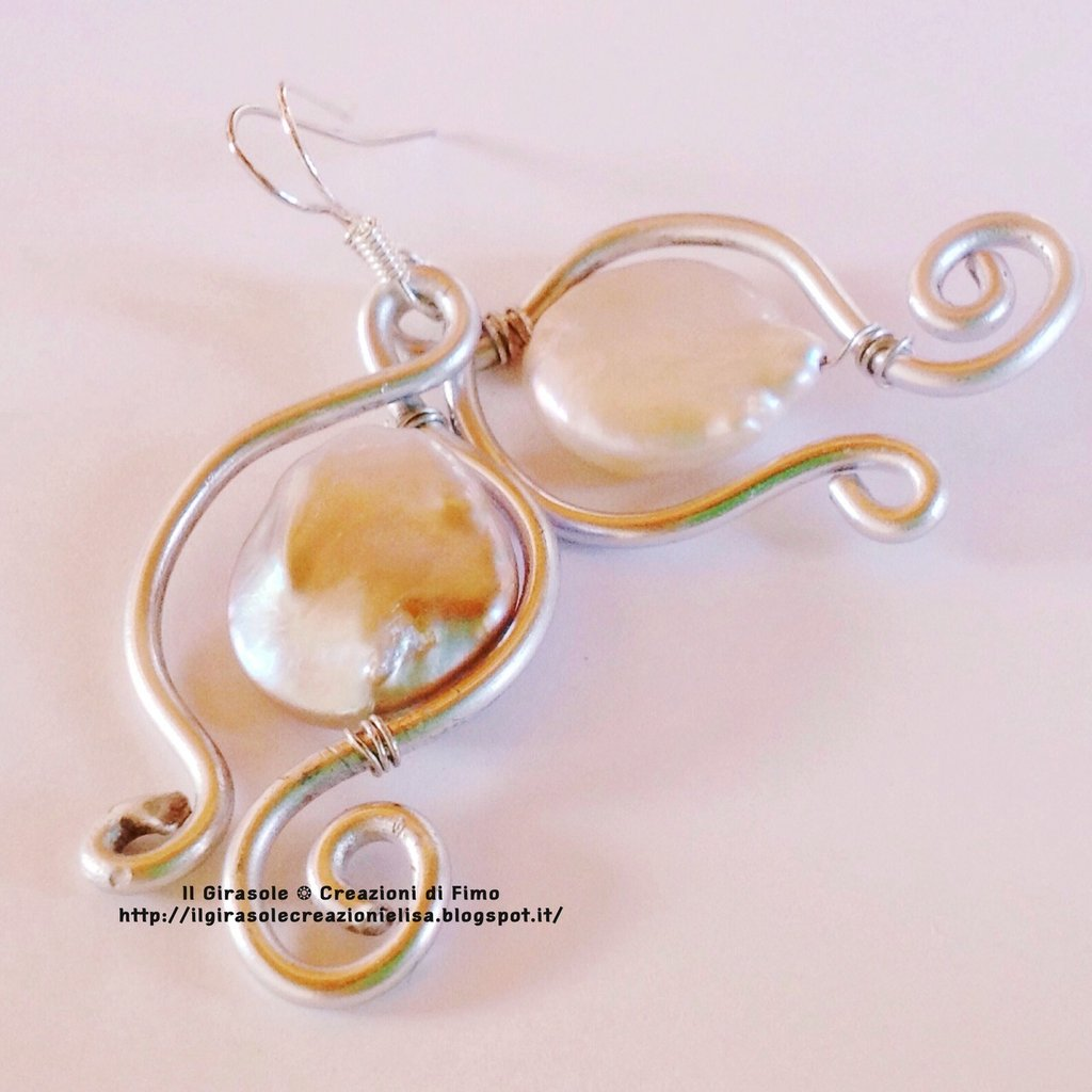 Orecchini pendenti in Wire con perle ovali di Madreperla Grezza