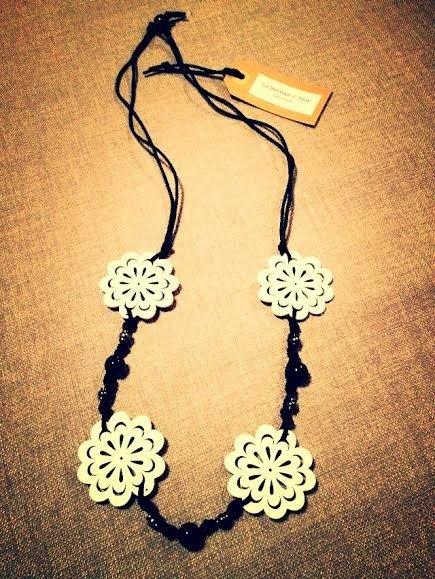 Collana artigianale con fiori in legno