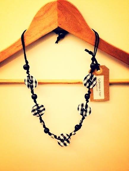 Collana artigianale con bottoni (bianco/nero)