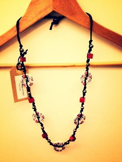 Collana artigianale con bottoni (fiori nero/rosso)
