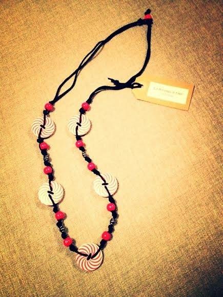 Collana artigianale con bottoni (spirali rosso/bianco)