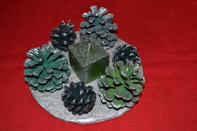 Centro tavola, inverno d'argento con pigne colorate