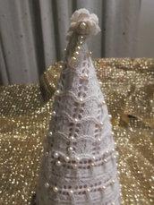 Albero cono in lana con decorazione di perle