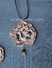 Ciondolo cartone imitazione filigrana argento perline nere