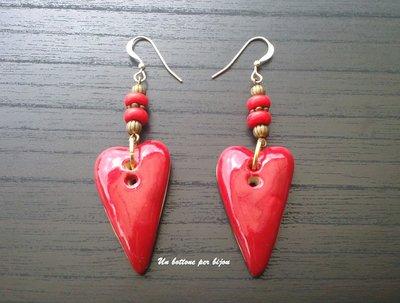 Orecchini con bottoni equo e solidali fatti a mano, in ceramica,a forma di cuore ,perline di pietra e vetro rosso
