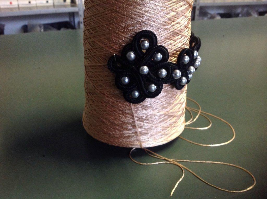 Bracciale con perle ricamato a mano