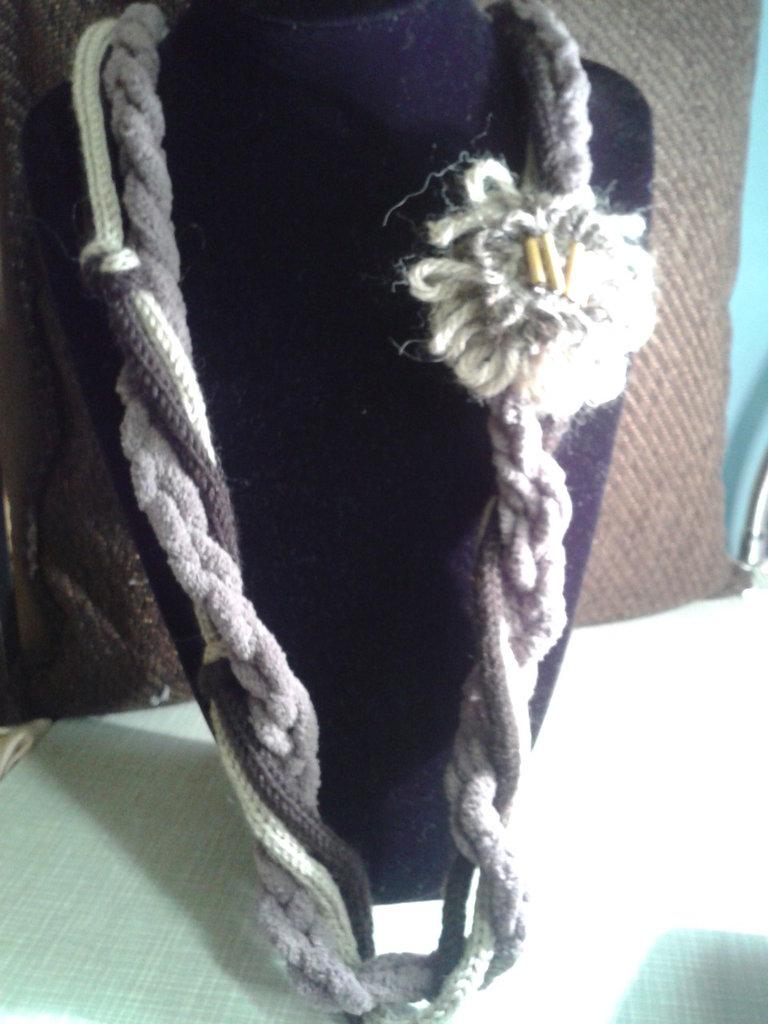 collana lana e  ciniglia con fiore