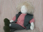 Bambola tipo Waldorf 'Carl' fatta a mano altessa 47 cm