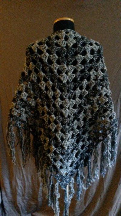 Scialle grigio di lana, realizzato all'uncinetto