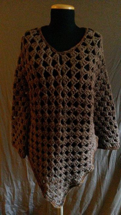 Maglia-poncho marrone realizzata all'uncinetto