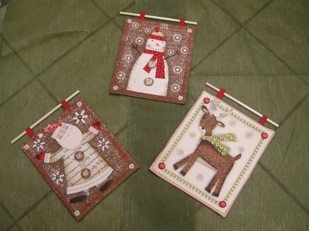 pannello natalizio realizzato a mano in stoffa americana con babbo natale, pupazzo di neve o renna