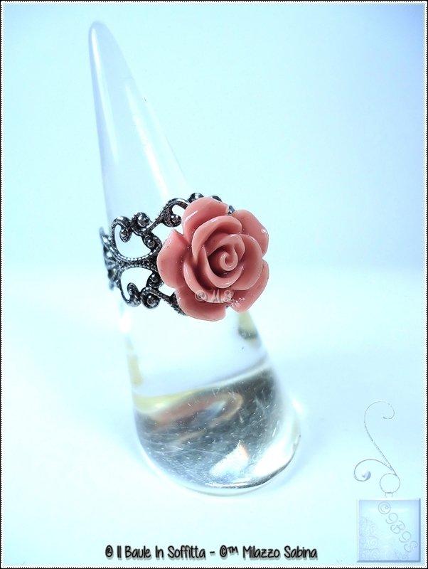 Anello in Filigrana e applicazione di cabochon rosa in resina