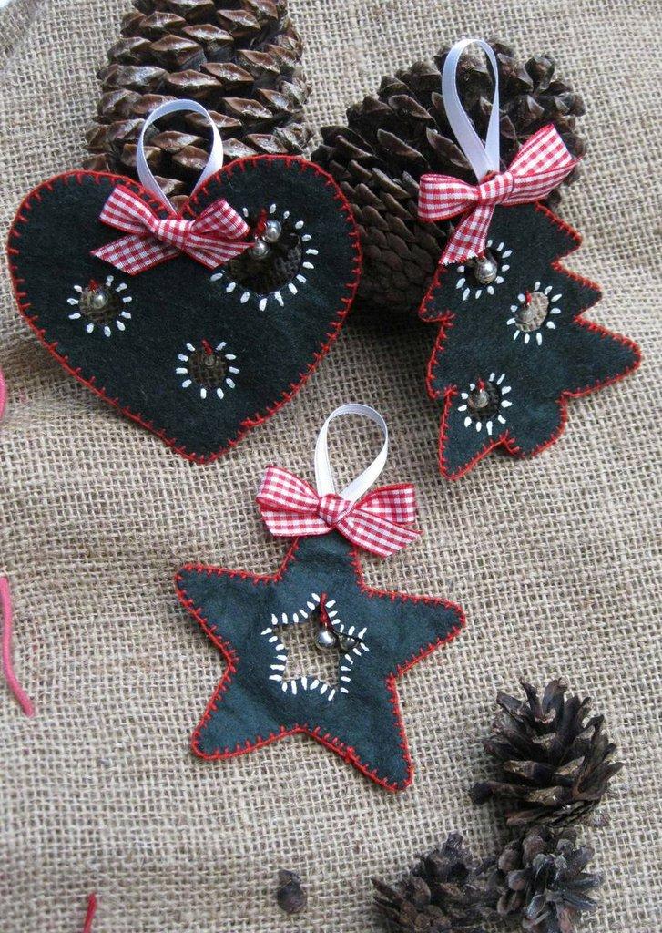 Set di 3 addobbi natalizi in pannolenci e campanelle fatti a mano