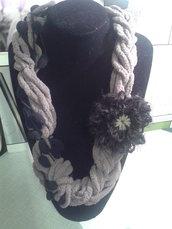 collana lana e ciniglia con fiore spilla