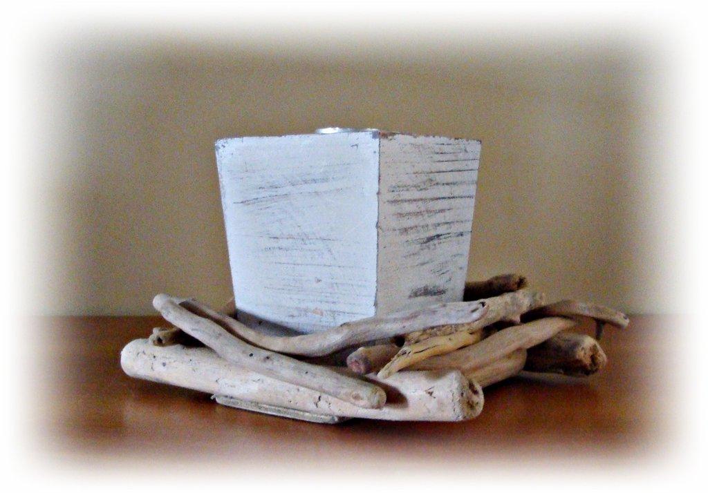 Vaso shabby con legni di mare