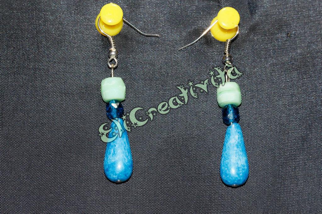 Orecchini con perline pendenti blu e perline azzurre