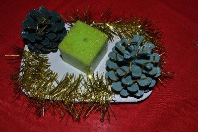 Centro tavola natalizio in gesso con pigne