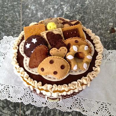 scatola di latta rivestita in feltro con decorazioni in feltro a forma di biscotto