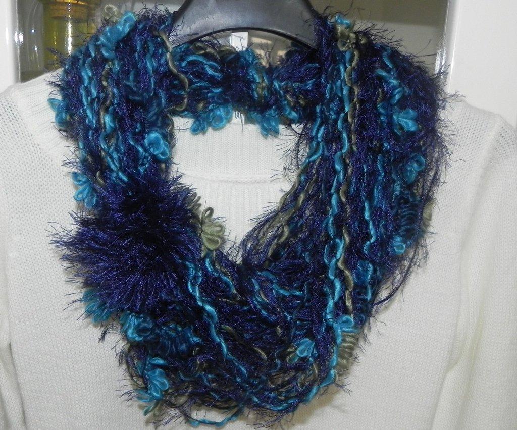 Sciarpa collana fatta a mano con fiore e piuma blu multicolore