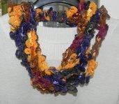 Sciarpa collana fatta a mano ad uncinetto in ciniglia multicolore